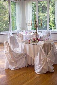 Stól na sali weselnej