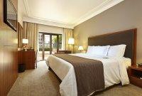 sypialnia, duże łóżko