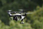 lecący dron